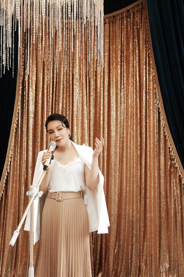 Trong một nhà hàng tọa lạc tại quận Bình Thạnh, Hồ Quỳnh Hương thiết kế khu vực sân khấu nhỏ để thực khách giao lưu âm nhạc với nhau.