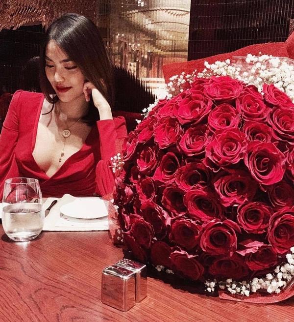 Dịp Valentine,Tuấn John tặng hoa hồng và dùng bữa tối lãng mạn cùng Lan Khuê khiến cô cảm thấy cuộc sống của cả hai vẫn ngọt ngào như ngày mới hẹn hò. Thỉnh thoảng, anh còntranh thủ đưa vợ đi xem phim, du lịch.