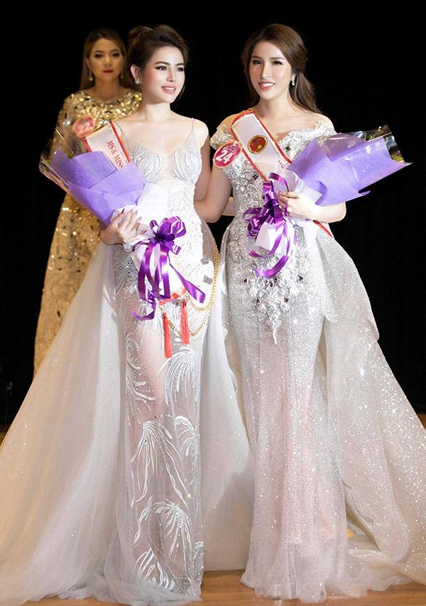 Thủy Tiên chụp ảnh cùng người giành chiến thắng chung cuộc - tân Hoa hậu Lê Thu Thảo.