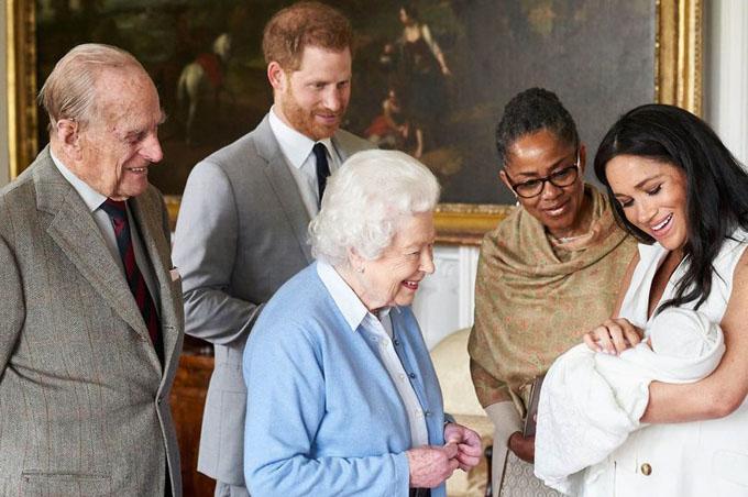 Vợ chồng Nữ hoàng Anh đến thăm chắt nội Archie Harrison hôm 8/5 khi bé được hai ngày tuổi. Ảnh: Instagram.