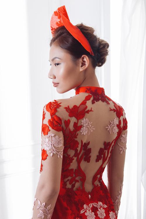 NTK cũng chú ý đến từng chi tiết nhỏ trên thân áo, tạo nên một bức tranh tuyệt sắc từ thân trước đến thân sau, giúp tân nương nổi bật trong từng khuôn hình.