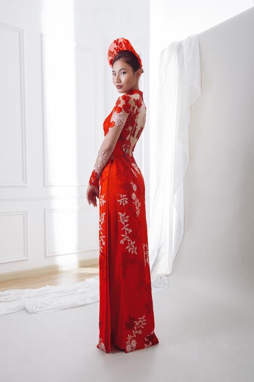 NTK khai thác đa dạng các chất liệu từ mềm mại đến cứng cáp, từ mỏng tới dày như chiffon, crepe, lace và taffeta. Mẫu áo đỏ đính ren dọc thân được bán với giá 18 triệu đồng.