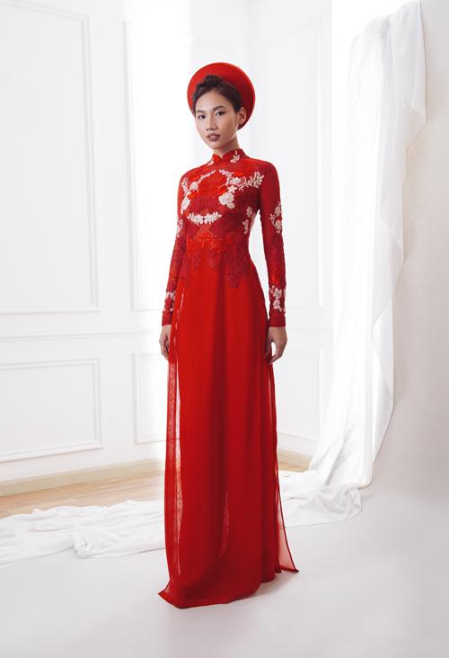 Hoa ren đỏ được điểm trên thân áo là ý đồ của NTK nhằm tạo sự mới lạ cho mẫu áo dài cưới.