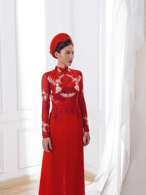 2. Áo đính ren dọc thân trênCác tà áo đỏ là tổng hòa màu sắc đến từ các loại ren khác nhau, tạo chiều sâu thị giác và khiến màu đỏ không quá chói lòa. Mẫu áo được bán với giá 15 triệu đồng.