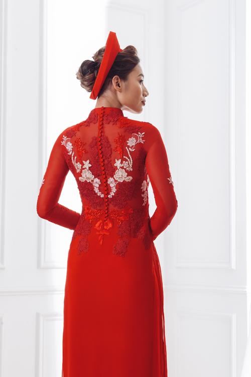 Những khoảng hở trên thân áo hoặc mặt lưng làm tăng thêm vẻ quyến rũ cho chiếc áo dài.