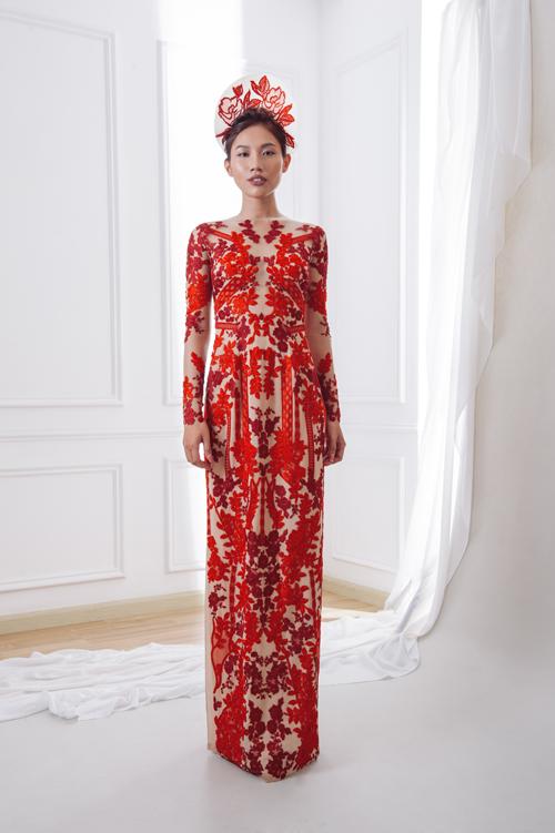 Việc phối trộn giữa màu nude và hoa văn ren đỏ kiến tạo nên một bộ cánh gợi cảmmà duyên dáng. Bộ áo dài tinh xảo được bán với giá 19 triệu đồng.