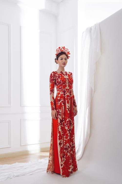 3. Áo dài nude và ren đỏÁo dài đỏ mang dáng dấp của một chiếc váy cưới với cổ thuyền, ren đính dọc thân và có tà phụ tạo độ thướt tha.