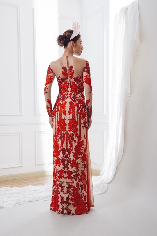 Mặt lưng áo xuyên thấu và được điểm hàng cúc đỏ phô diễn tấm lưng thon, sắc vóc ngọc ngà của nàng dâu.