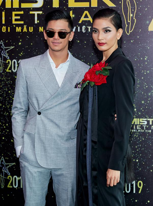 Hoa hậu Đàm Lưu Ly mặc hở táo bạo ở tuổi 46