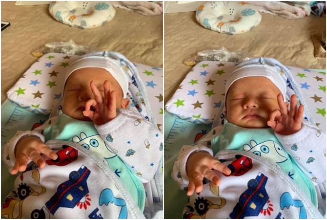 Cậu bé 1 tuần tuổi làm ký hiệu tay OK.