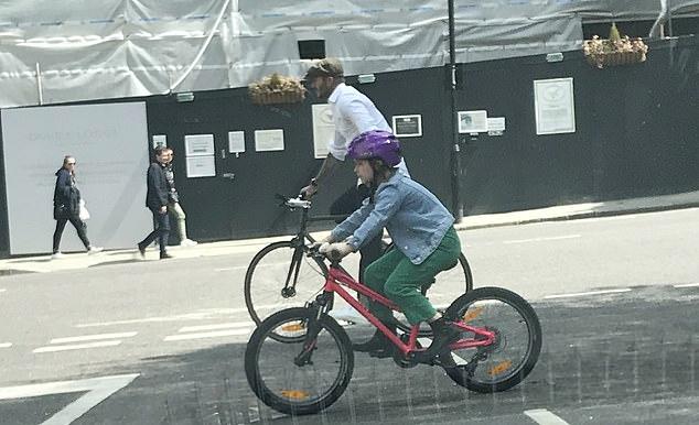 Becks đạp xe song song với cô con gái Harper.