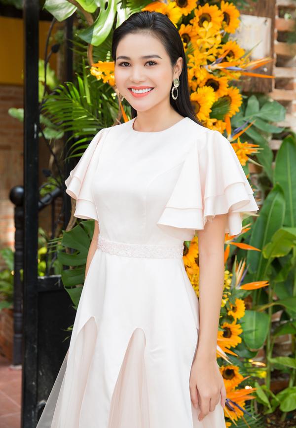 Người mẫu Bella - bạn thân của Hoa hậu HHen Niê mặc kín đáo, thanh lịch dự sự kiện trưa 14/5.
