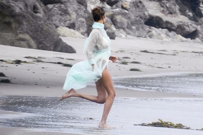 Bella Hadid gần như nude giữa êkíp trong buổi chụp hình - 5