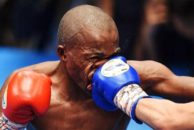 Mthalane bị đẩm thẳng mặt. Ảnh: AFP.