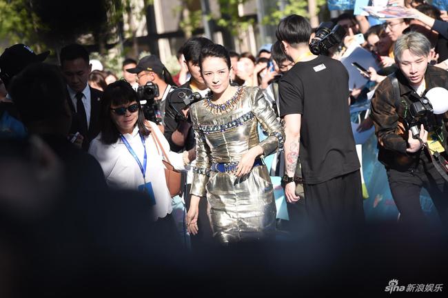 Nữ diễn viên nhận được sự quan tâm, săn đón của báo chí.