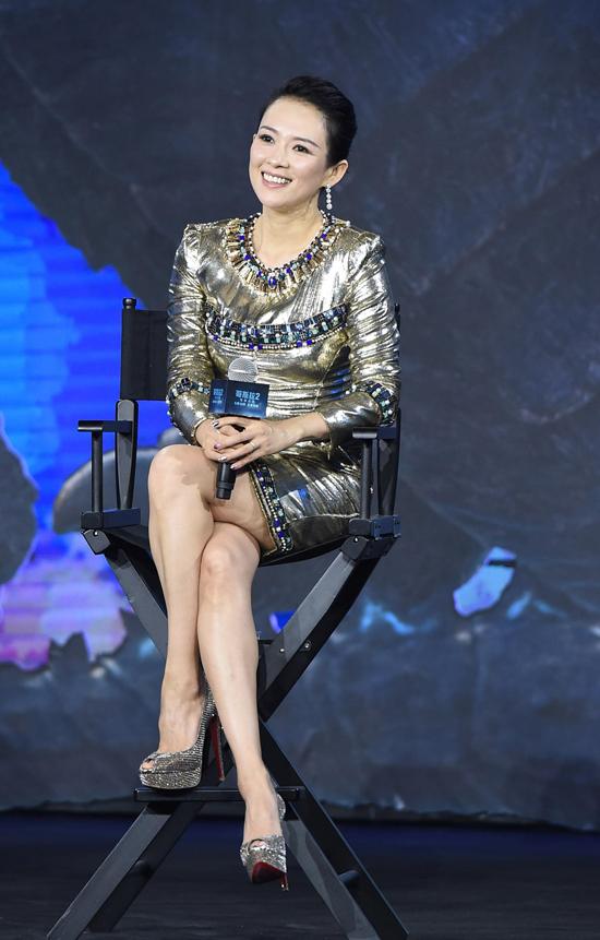 Chương Tử Di là ngôi sao nổi tiếng châu Á, cô được biết đến qua nhiều phim điện ảnh, truyền hình như Hồi ức một geisha, Đường về nhà, Thập diện mai phục... Cô kết hôn với ca sĩ Uông Phong, hai vợ chồng hiện có một con gái.