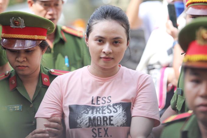 Ngọc Miu được đưa đến tòa chiều 14/5. Ảnh: Thành Nguyễn.