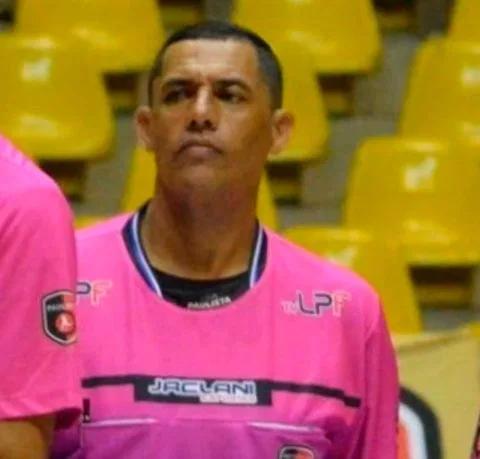 Trọng tài futsal người Brazil qua đời ở tuổi 44 sau cơn trụy tim trên sàn thi đấu.