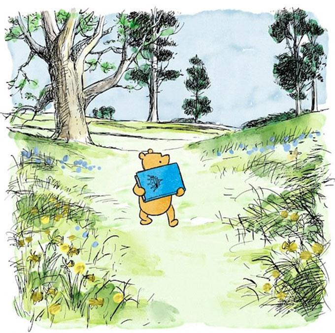 Gấu Pooh mang cuốn sách màu xanh in hình vương miện đến tặng bé Archie.