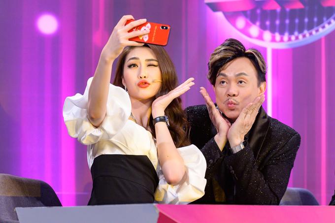 Tranh thủ những phút nghỉ giải lao trong buổi quay, người đẹp quê Phú Yên selfie nhí nhảnh với nghệ sĩ hài cô yêu mến.