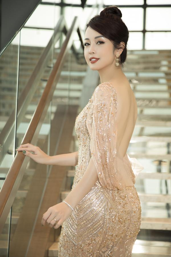 Thiết kế còn khoét lưng trần táo bạo, giúp Hoa hậu châu Á tại Mỹ 2006 thêm phần cuốn hút, quyến rũ.