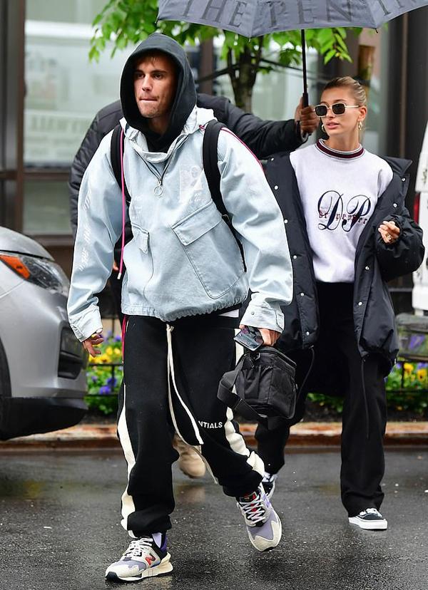 Anh cùng Hailey Baldwin dường như sẽ có một chuyến đi xa khi cặp đôi mang theo rất nhiều hành lí và cả máy ảnh. Sau 8 tháng đăng ký kết hôn, vợ chồng Justin vẫn trì hoãn kế hoạch tổ chức đám cưới. Cả hai hạnh phúc với cuộc sống hiện tại và Justin chỉ vừa viết ca khúc I Dont Care cùng Ed Sheeran để dành tặng những người vợ yêu dấu của họ. Ca khúc phát hành vào cuối tuần trước xếp vị trí số 1 trên Itunes toàn thế giới và đạt 27 triệu lượt người xem trên Youtube.