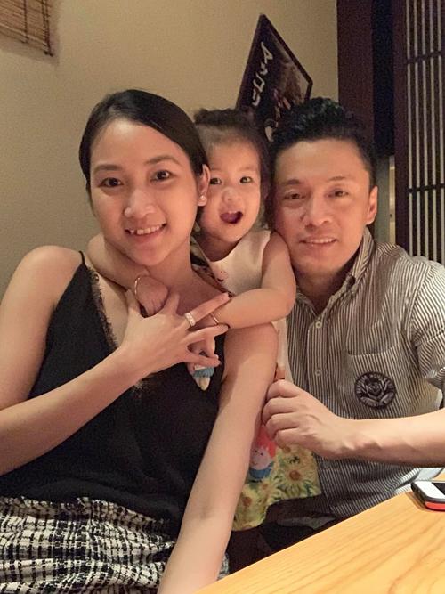 Vợ chồng Lam Trường hạnh phúc đi ăn tối.