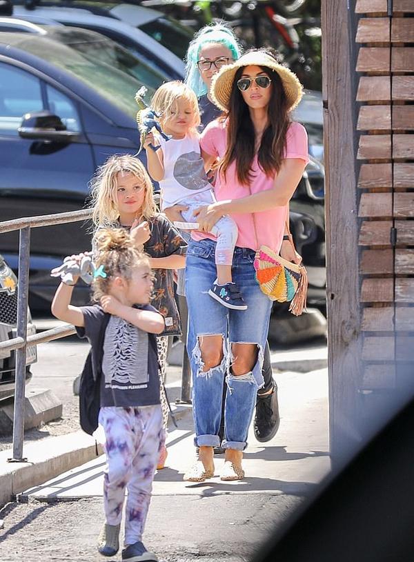 Megan Fox bế con trai út và dẫn theo hai cậu con trai lớn tới một nhà hàng ở Los Angeles mà không có chồng đi cùng.