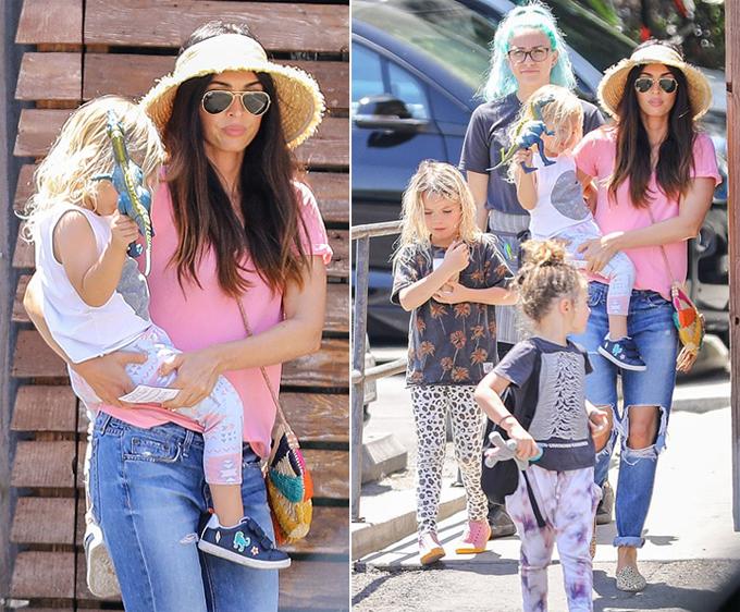 Nữ diễn viên Hollywood để mặt mộc và ăn vận giản dị. Ba cậu con trai của cô là Noah 6 tuổi, Bodhi 5 tuổi, Journey River 3 tuổi đều mặc đồ theo phong cách phi giới tính và để tóc dài như con gái.