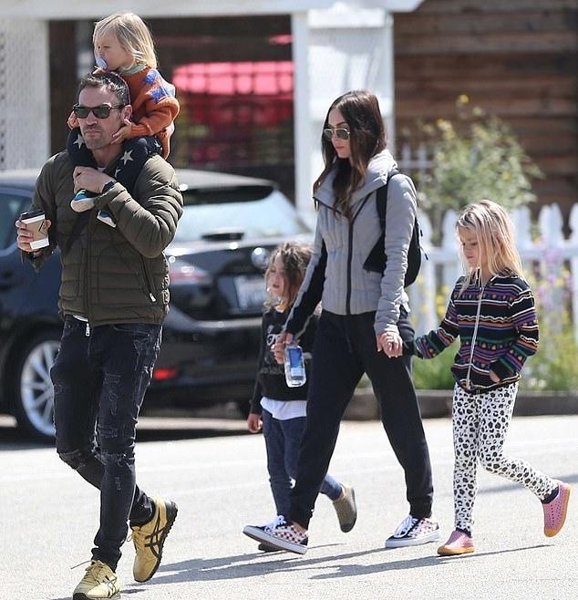 Một tuần trước, vợ chồng Megan Fox cùng nhau đi chơi phố. Ba con trai sàn sàn tuổi nhau nên Megan và ông xã Brian Austin Green khá vất vả chăm con. Ngôi sao Nija Rùa tiết lộ, cô thường phải chọn những bộ phim chỉ quay ở Los Angeles để có thể tiện trông con.