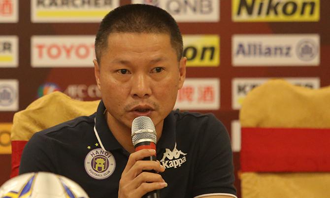 HLV Chu Đình Nghiêm trả lời họp báo trước trận đấu với Tampines Rovers. Ảnh: Đương Phạm.