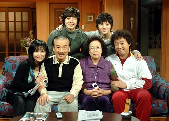 Park Hae Mi (ngoài cùng bên trái) và dàn nghệ sĩ Gia đình là số 1.