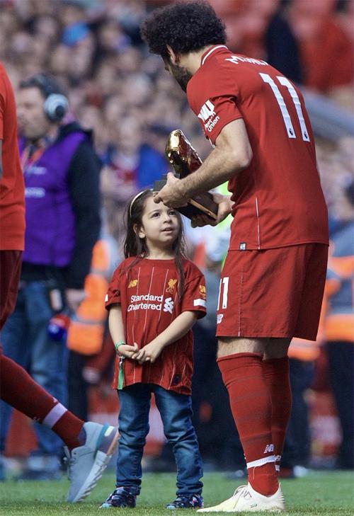 Salah có vẻ đang giải thích với con gái về danh hiệu Chiếc giày vàng năm thứ hai liên tiếp.