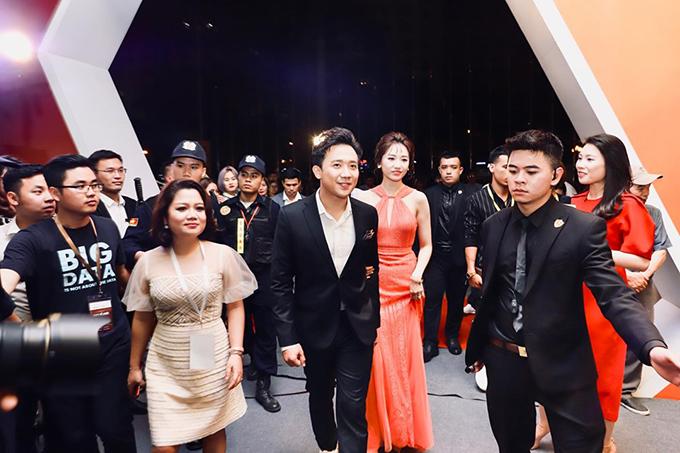 Trấn Thành và Hari Won vừa tham dự Lễ ra mắt nền tảng công nghệ bất động sản CenHomes diễn ra vào 19h30, ngày 10/5, tại Cung Điền kinh Quốc gia, quận Nam Từ liêm, Hà Nội. Trong khi bà xã diện váy dạ hội điệu đà, chàng MC chung thành với vest đen lịch lãm mỗi khi xuất hiện tại sự kiện.