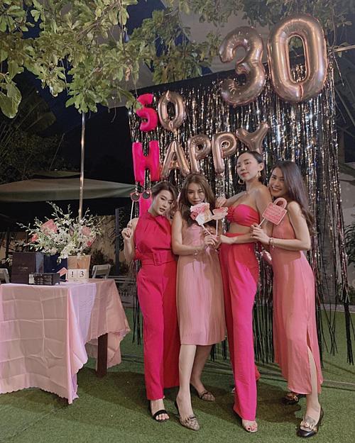 Ca sĩ Tóc Tiên mừng sinh nhật tuổi 30 bên hotgirl Ngọc Thảo và những người bạn.