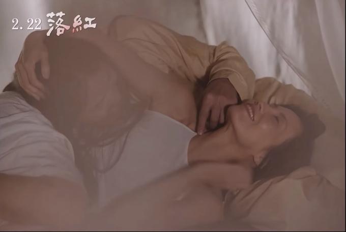 Các cảnh gần gũi vợ chồng dừng lại ở những va chạm da thịt, được quay tinh tế vừa đủ tạo cảm giác tinh tế, nhục dụcnhưng không thô tụ.