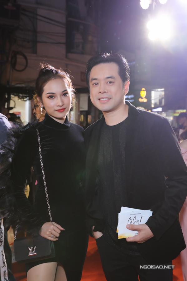 Dương Khắc Linh quấn quýt bên bạn gái Sara Lưu.