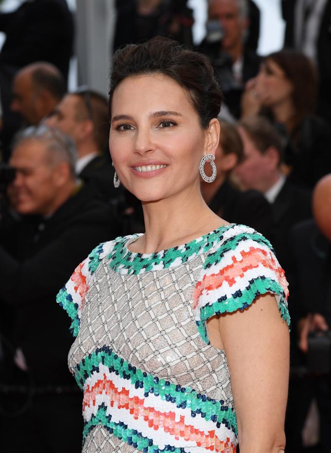 Diễn viên người Pháp Virginie Ledoyen chọn đôi hoa tai từ BST Precious Lace bằng vàng trắng 18K và titanium đính 10.10ct kim cương.