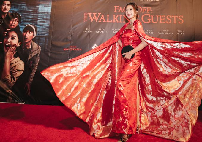 Chiếc váy có thêm áo choàng xòe rộng, dài quét đất, in họa tiết rồng tôn vẻ lộng lẫy, quyền lực cho bà mẹ 4 con.