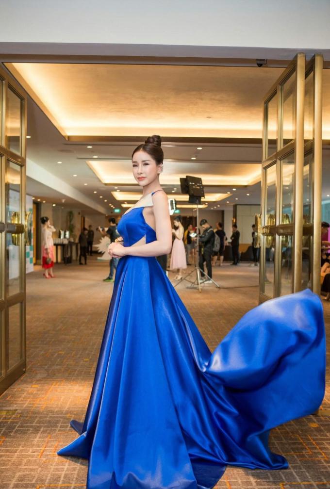 Á hậu Nhật Lê khoe nhan sắc với váy xanh khi dự sự kiện làm đẹp - 1