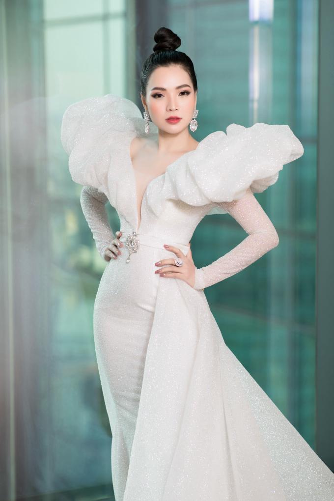 Người đẹp Cao Thị Thùy Dung là CEO Top White và được biết đến nhiều hơn sau khi đăng quang Hoa hậu Doanh nhân người Việt tại Mỹ 2018. Cô được đánh giá cao nhờ vẻ ngoài xinh đẹp, khả năng ứng xử thông mình và sự thân thiện khi tham gia cuộc thi.