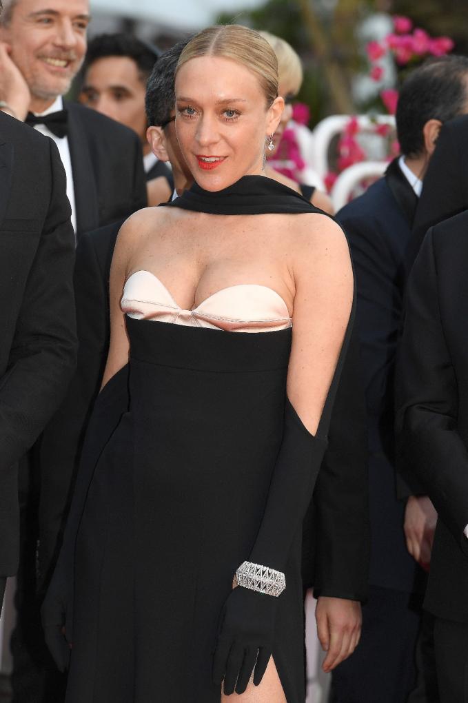 Ngôi sao của bộ phim The Dead Don't Die Chloë Sevignychọn chiếc lắc tay bằng vàng trắng 18K đính kim cương (74.59ct) và một đôi bông tai đính hai viên kim cương brilliant cut (3ct mỗi viên) từ BST Haute Joaillerie.