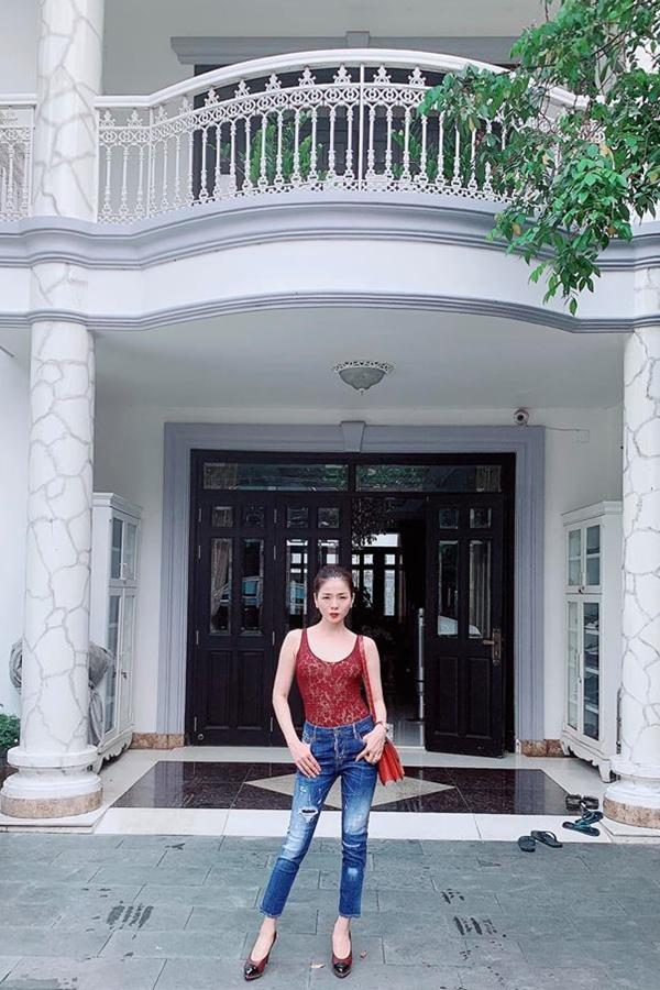 Hoạt động nghệ thuật 20 năm, Lệ Quyên là một trong những nữ ca sĩ hạng A, có cát-xê cao nhất Việt Na, Ông xã Đức Huy của cô cũng là hiện là chủ một phòng trà lớn tại quận 1, TP HCM. Vì thế, cặp đôi có cuộc sống giàu sang, sở hữu nhiều bất động sản. Trong ảnh là căn biệt thự tại quận 2, TP HCM thường được Lệ Quyên chia sẻ trên trang cá nhân.