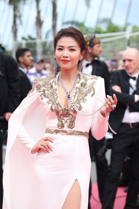 Diễn viên Trung Quốc Lưu Đào lần đầu xuất hiện tại LHP Cannes chọn bộ dây chuyền vàng trắng 18K đính một viên sapphire giọt lệ (36.95ct), và những viên sapphire và kim cương khác (64.93ct). Hoa tai A Châu đeo bằng vàng trắng 18K đính những viên tanzanites giọt lệ (67.64ct) và kim cương (25.21ct)  dáng dài từ BST Haute Joallierie của Chopard, và nhẫn từ BST Red Carpet bằng vàng trắng đính sapphire (10.84ct) và kim cương (13.99ct)