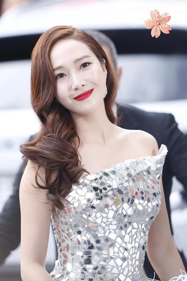 Lần thứ 2 tham dự Liên hoan phim Cannes, Jessica Jung tiếp tục trở thành tâm điểm trên thảm đỏ với style trang điểm sắc sảo. Nữ ca sĩ khoe trọn bờ vai thon quyến rũ với kiểu tóc xoăn lọn lớn vuốt lệch bên.