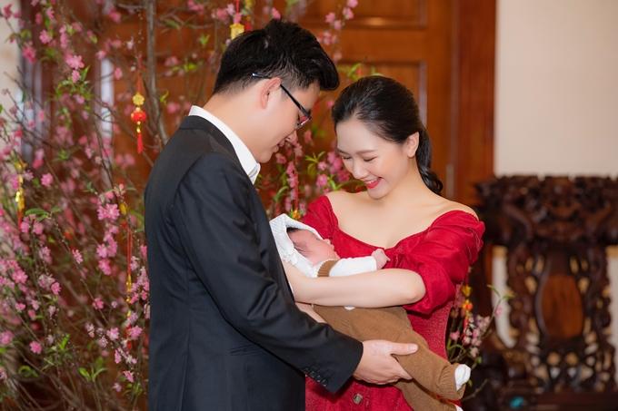 Vợ chồng Hà Anh trong ngày đầy tháng con trai.