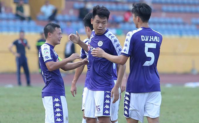 Cầu thủ Hà Nội chia vui với Thành Chung. Ảnh: Đương Phạm.