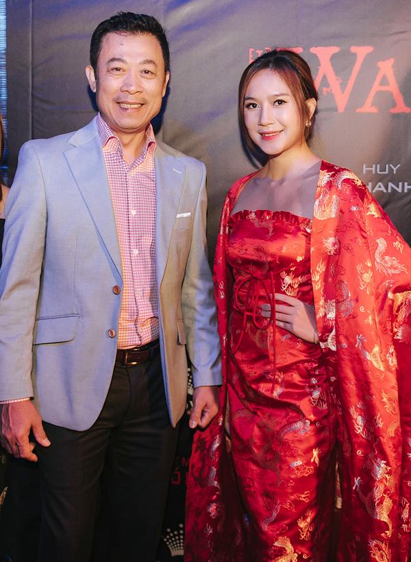 Nghệ sĩ hài Vân Sơn đến chúc mừng vợ chồng Lý Hải.
