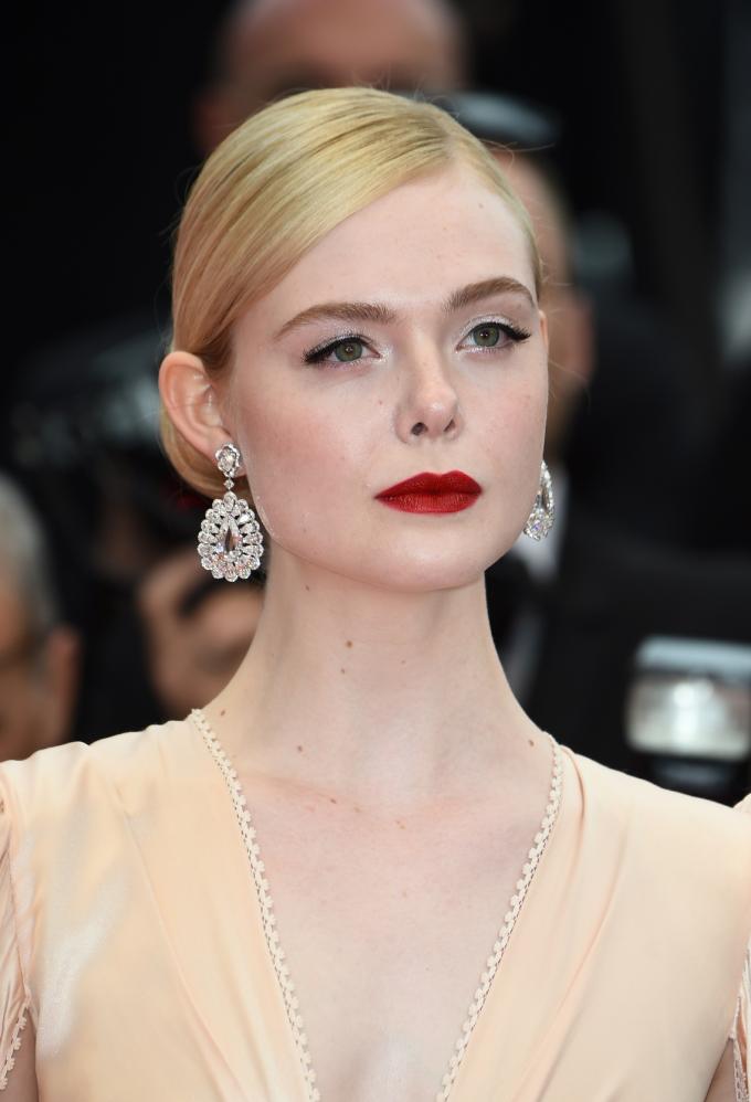 Elle Fanning, nữ diễn viên người Mỹ, thành viên trẻ tuổi của Ban giám khảo LHP Cannes lần thứ 72 tỏa sáng với đôi hoa tai từ BST Red Carpet của Chopard bằng vàng trắng 18K đính hai viên kim cương kiểu rose-cut (17.82ct), phối với những viên kim cương hình giọt lệ (16.54ct). Diễn viên Maleficent chọn đeo một chiếc nhẫn từ BST Temptations bằng vàng hồng 18K đính một viên tourmaline tím hình trái tim, kim cương, cùng với môt chiếc nhẫn từ BST Magical Setting bằng vàng trắng 18K đính kim cương tròn (10.62ct)
