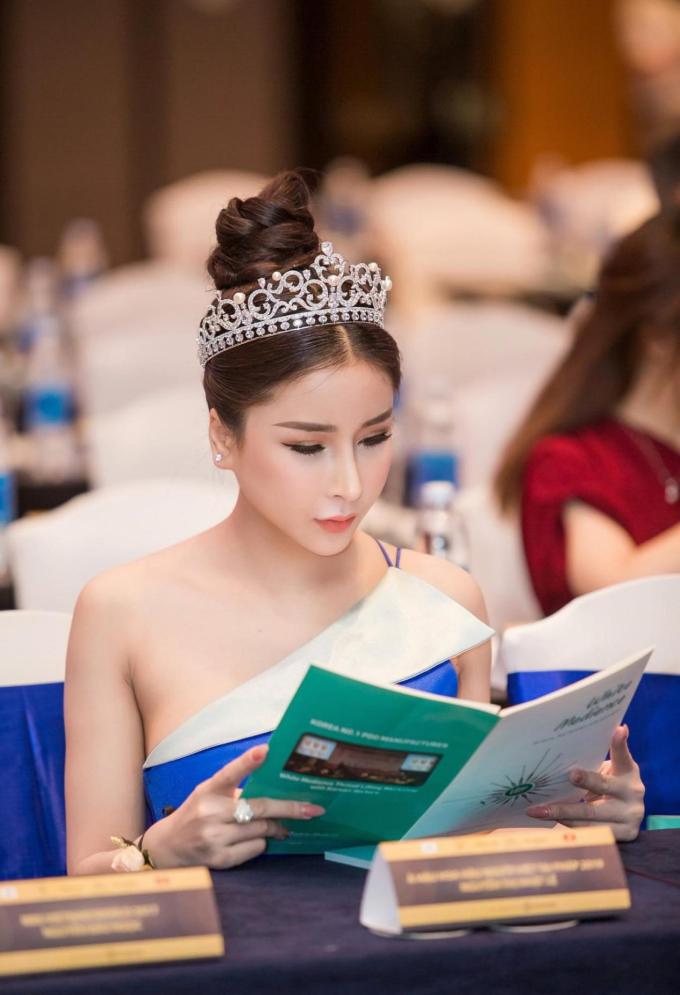 Á hậu Nhật Lê khoe nhan sắc với váy xanh khi dự sự kiện làm đẹp